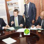 L'ancien ministre mauritanien, Abdi Vall en compagnie d'un dirigeant de Tullow Oil