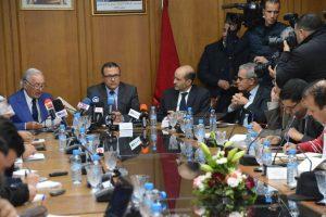 Mohamed Boussaid, ministre marocain de l'Economie et des finances au milieu lors de la conférence de presse