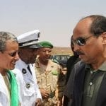 le president Aziz serrant la main d un elu