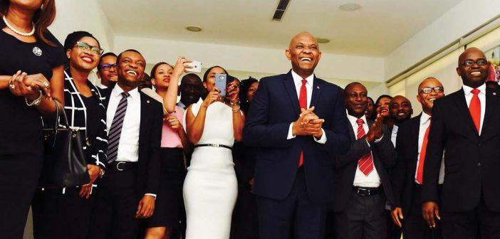 Tony Elumelu au milieu de quelques heureux bénéficiaires de sa Fondation