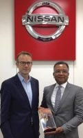 Abdellah Mouadden, directeur général de Nissan Maroc, recevant son prix des mains de Leon Dorssers, corporate Vice-président, Global Sales –Global Dealer Network