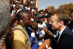 Macron en discussion avec des étudiants africains