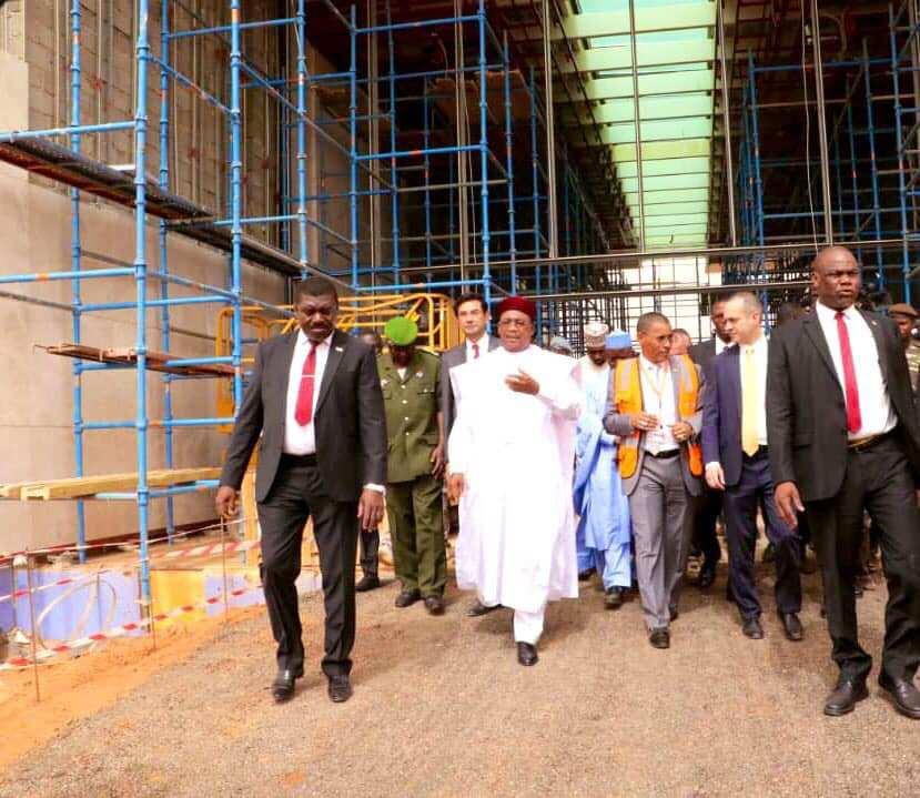 Le président nigérien Mahammadou Issoufou, lors de la visite du chantier de rénovation de l'Aéroport international Diori Hamani de Niamey.