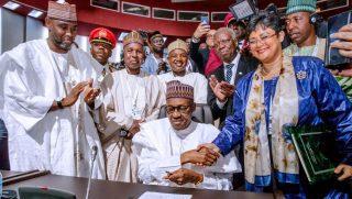Muhamed Buhari, le Président du Nigeria signant l'adhésion de son pays à la Zleca