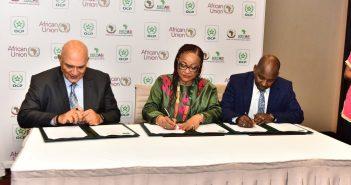 Signature du Memorandum d'entente par Mostafa Terrab, PDG du Groupe OCP, Josefa Leonel Correia Sacko, Commissaire pour l'Agriculture et l'économie rurale de la Commission de l'UA et Dr. Hamadi Diop de l'UDA-NEPAD