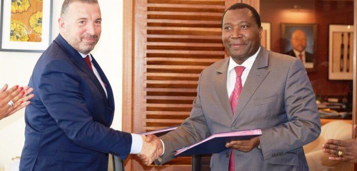 Jean-Christophe Carret, directeur des Opérations à la Banque mondiale pour le Burundi et Domitien Ndihokubwayo, ministre burundais des Finances après la signature de l'accord, à Bujumbura