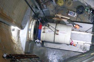 Mise en place du micro-tunnelier dans le puits