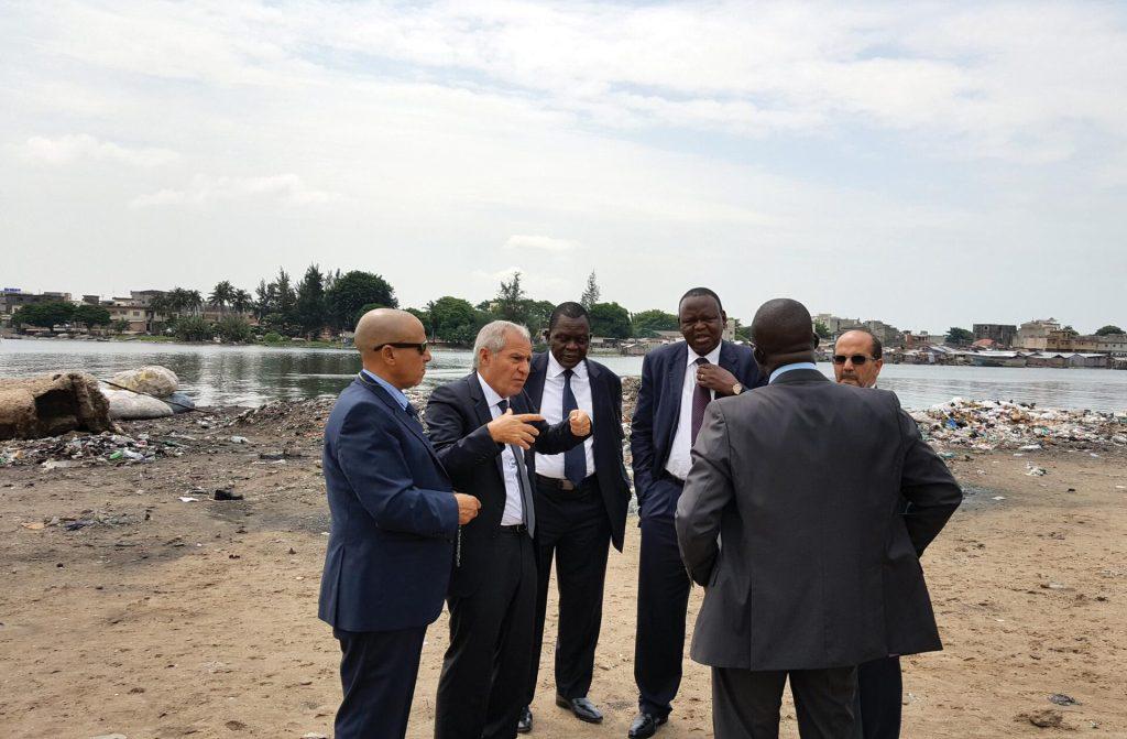 Raymond Adekambi, Directeur général de Agetip Bénin en discussion avec le PDG de SOMAGEC, Roger Sahyoun, et leurs collaborateurs, au bord de la lagune de Cotonou au sujet du projet de valorisation des berges de la lagune.
