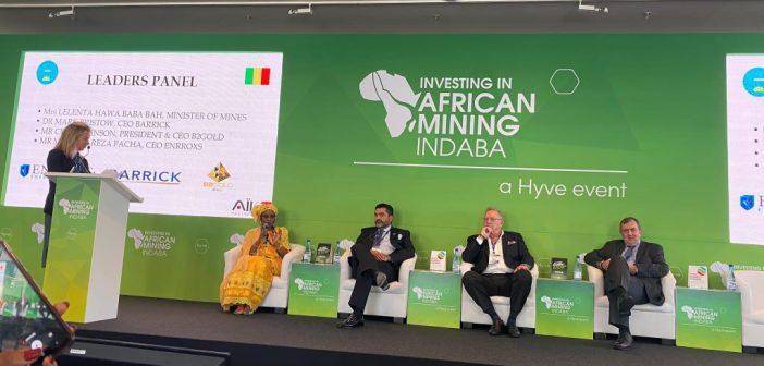 De gauche à droite : Mme Lelenta Hawa Baba Ba ministre malienne des Mines et de l'énergie, Michael Reza Pacha Chairman d'Enrroxs, Clive T. Johnson Ceo B2Gold et Mark Bristow Ceo de Barrick.