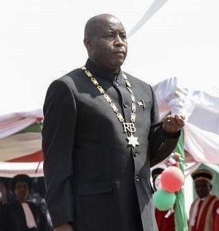 Le Président Evariste Ndayishimiye en train de prêter serment, à Gitega