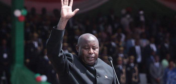 Le Président Evariste Ndayishimiye en train de prêter serment, à Gitega.