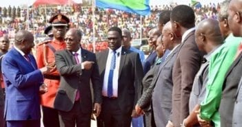 Le Président tanzanien John Pompe Magufuli accueillant à Kigoma en Tanzanie son homologue burundais Evariste Ndayishimiye