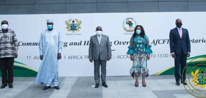 : Le Président du Ghana, Nana Akufo-Addo, au centre, lors de la cérémonie d'inauguration du Secrétariat permanent de la ZLECAf à Accra