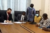Lassané Kaboré et le Directeur général de African Global Development (AGD), Phil Smartt lors de la signature de la convention de partenariat