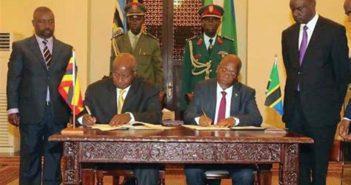 Les deux présidents Magufuli (Tanzanie) et Museveni (Ouganda) en train de signer un accord pour la construction d'un oléoduc