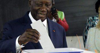 Alassane D. Ouattara mettant son bulletin dans l'urne ce 31 octobre 2020