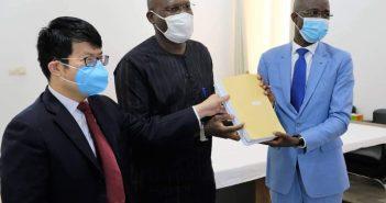 Le lancement du mécanisme des certificats d'origine en présence de l'ambassadeur de Chine, du représentant du ministre en charge du commerce (milieu) et du DG de la Chambre de commerce.