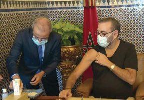 Le Roi Mohammed VI recevant la première dose du vaccin contre la Covid-19 au Palais Royal de Fes