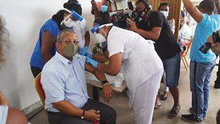Le président de Les Seychelles, Wavel Ramkalawan a été le premier à se faire vacciner lors d'une séance à l'hôpital de Victoria