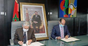 Mohamed El Kettani, PDG du groupe Attijariwafa Bank et Mohamed Methqal, Ambassadeur-Directeur Général de l'Agence marocaine de coopération internationale (AMCI) signent la convention de partenariat.
