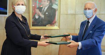 Signature de la convention cadre de coopération entre Le Groupement Professionnel des Banques du Maroc (Othman Benjelloun) et l'Autorité Marocaine du Marché des Capitaux (Nezha Hayatt)