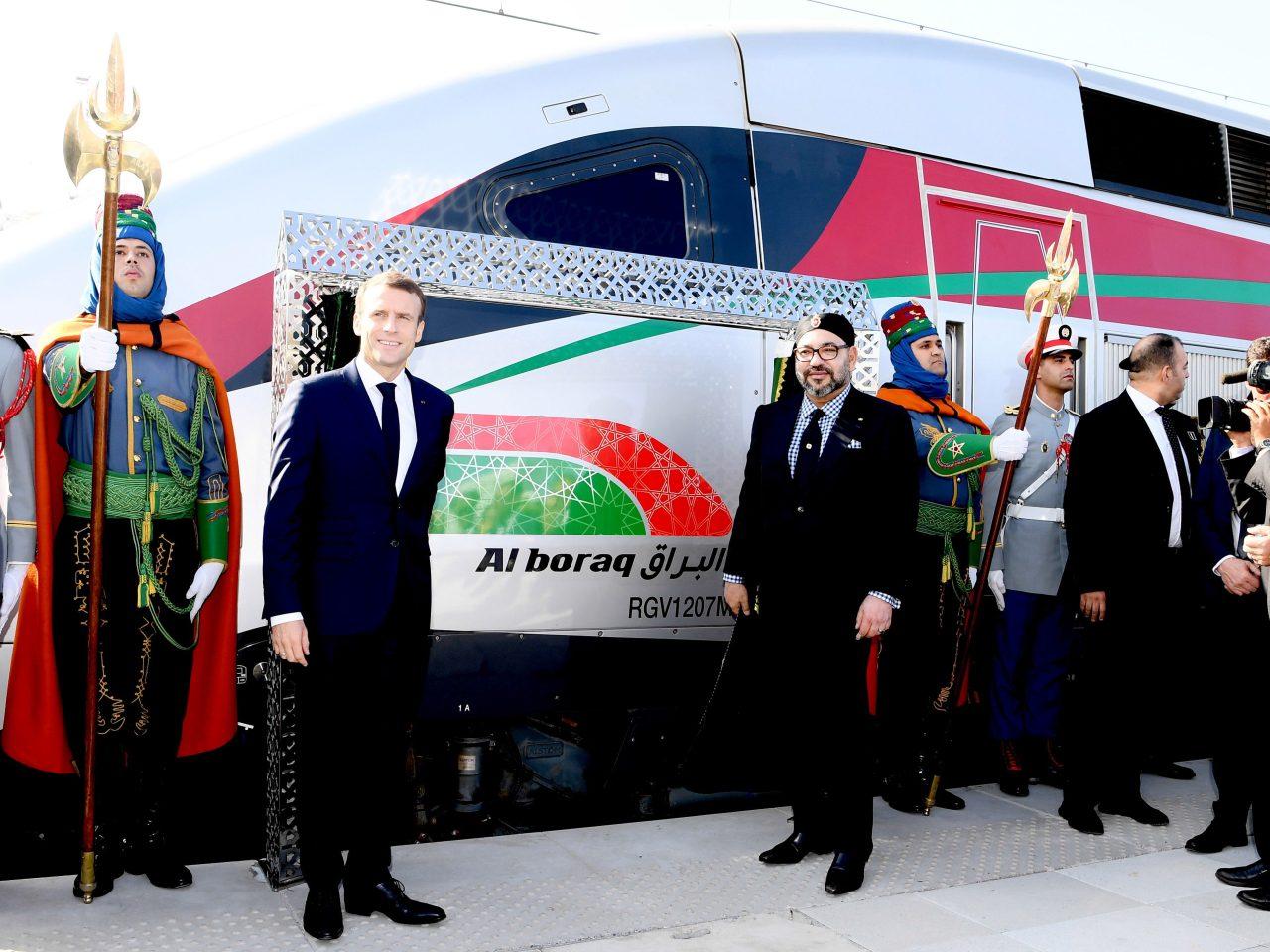 """Le Roi Mohammed VI et le Président Emmanuel Macron lors de l'inauguration à Tanger du Train à Grande Vitesse """"Al BORAQ"""" reliant la ville du détroit à Casablanca."""